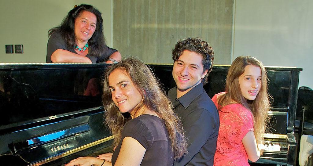 Cuatro pianos y tres generaciones suenan a una voz