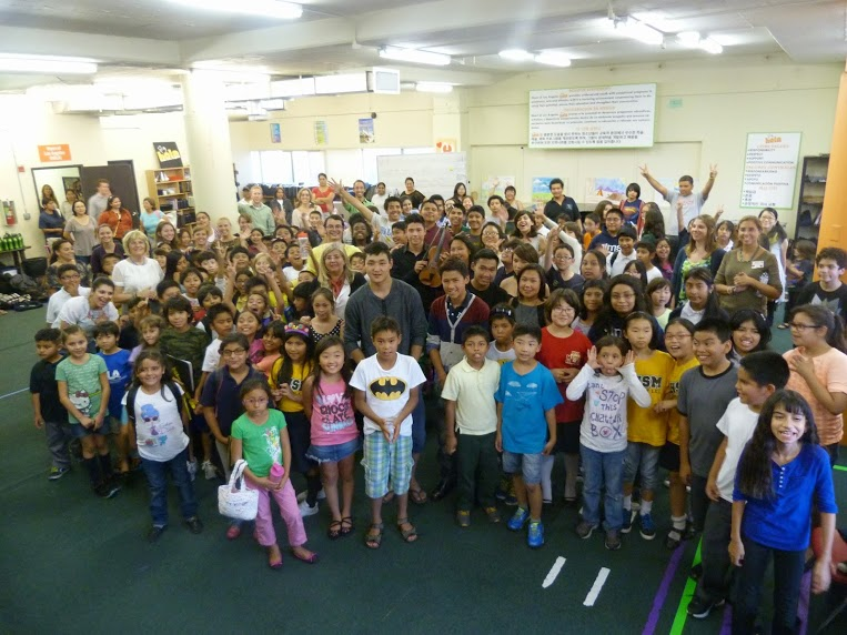 En Los Angeles, compartieron con los niños y jóvenes del programa Heart of Los Angeles (Hola), iniciativa que provee programas artísticos para la juventud en riesgo