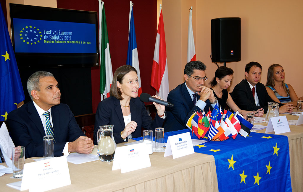 de izquierda a derecha: Victor Rojas, FundaMusical Bolívar  Aude Maio-Coliche, Jefa de la Delegación de la Unión Europea Representantes de las embajadas de Italia, Austria y Polonia