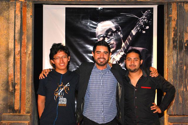 El ganador del 1er premio, Carlos Viramontes, flanqueado por Joe Chipana (3er Premio) y César Farías (2do Premio) (Leo Graterol).