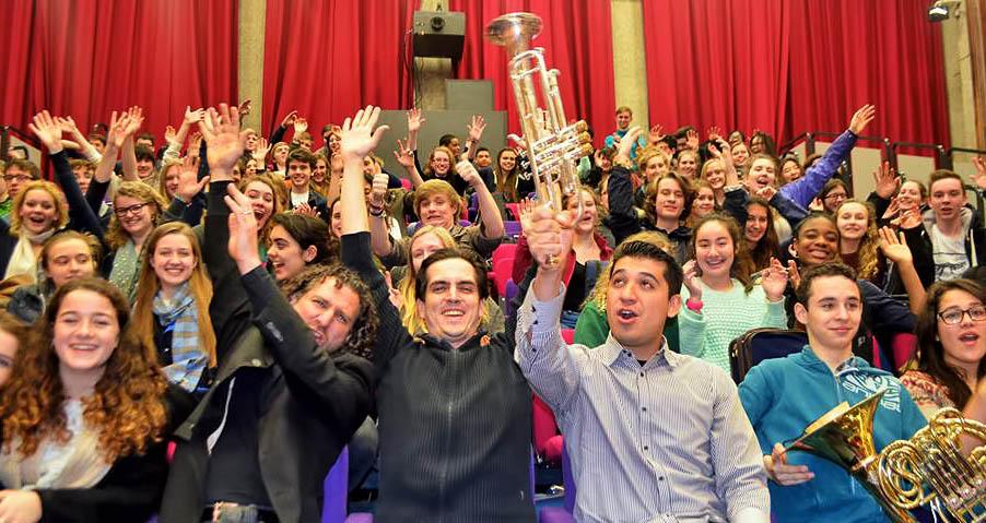 Efrain Oscher, Carlos Izcaray y Pacho Flores junto a los jóvenes músicos de la LSSO