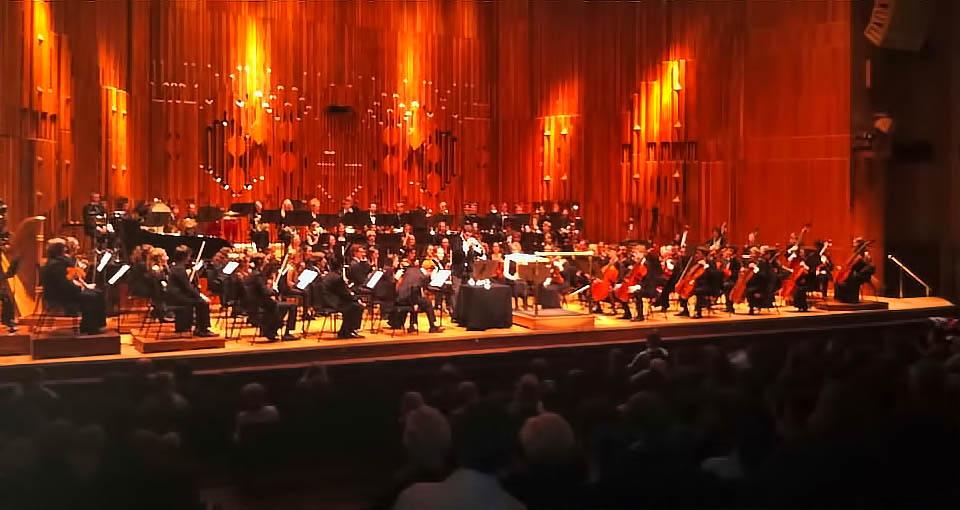 Pacho Flores interpreta Mestizo junto a la LSSO en el Barbican Hall de Londres