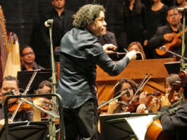 Gustavo Dudamel   Barquisimeto los aclamaba. 336 músicos del Sistema Nacional de Orquestas y Coros Juveniles e Infantiles de Venezuela