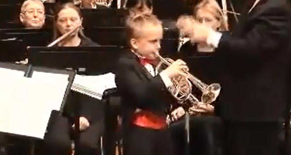 Un niño de ocho años de edad, prodigio de la trompeta