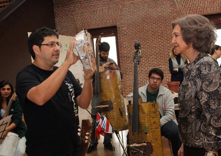 La Reina Doña Sofía recibe un violín reciclado como regalo de Reyes