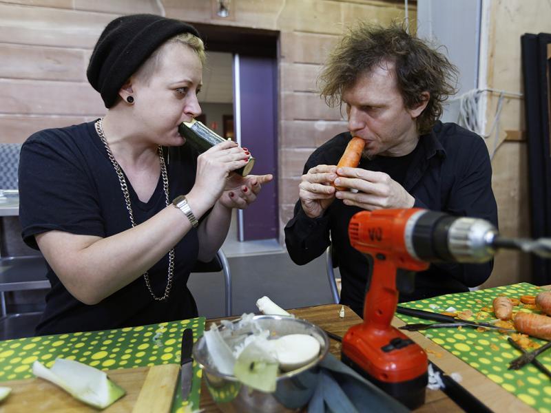 Barbara Kaiser y Matthias Meinharter ensayan y ajustan los instrumentos elaborados antes de la presentación.