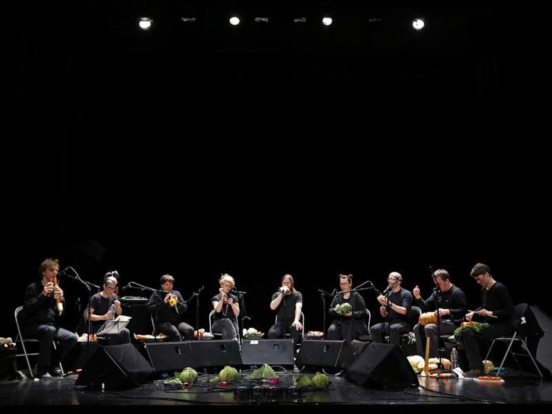 """Al terminar sus conciertos hacen una gran sopa de verduras con los """"instrumentos"""" restantes, la cual es servida al respetable público que los acompaña durante la función."""