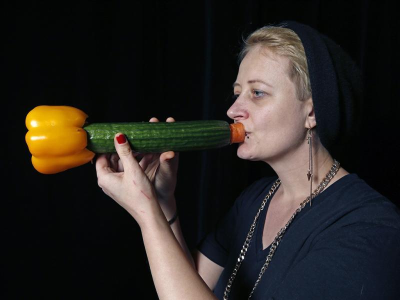 Martina Winkler, miembro de la orquesta, hace sonar uno de los instrumentos más importantes que integrarán el espectáculo.