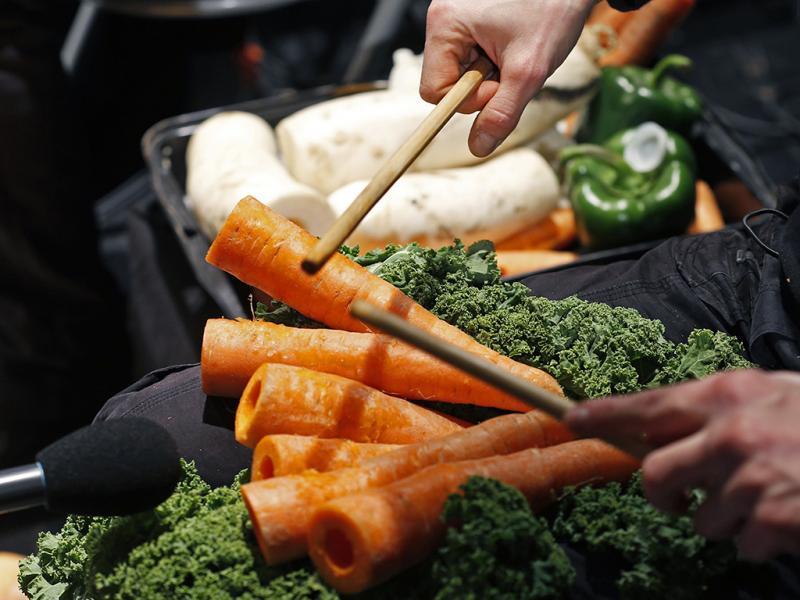 Los vegetales que incluyen para sus obras constan de zanahorias, cebollas transformadas en violines, y muchos otros instrumentos como calabazas, lechugas pepinos, pimientos, etc.