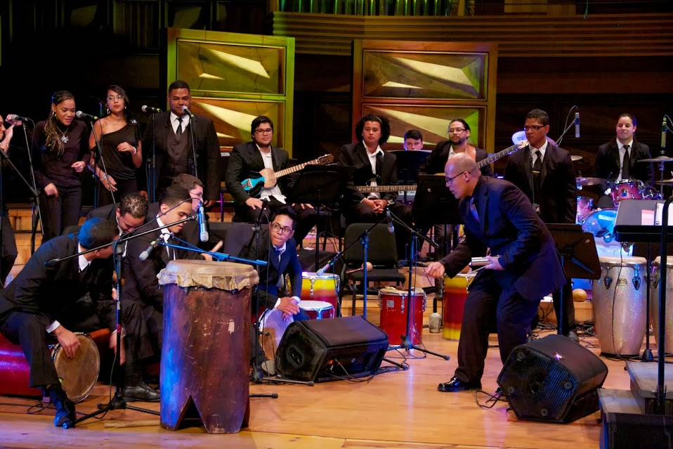 Al golpe del tambor, la Orquesta Afrovenezolana, bajo la dirección de Javier Suárez, hizo bailar al público de la Sala Simón Bolívar con obras versionadas