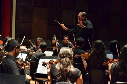 Felipe Izcaray conduciendo a la Sinfónica Juvenil de Carora