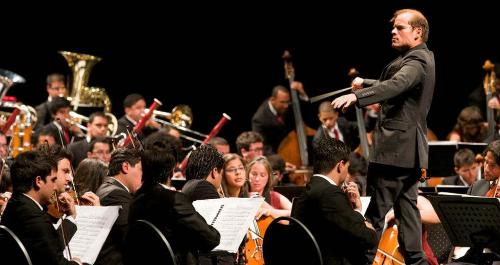 Dietrich Paredes dirige Orquesta Centroamericana