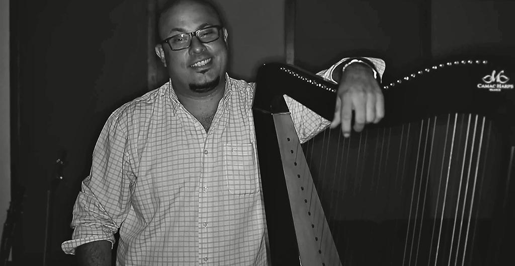 Eduardo Betancourt en el arpa