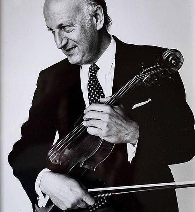 El músico Peter Schidlof, con la viola 'MacDonald'.