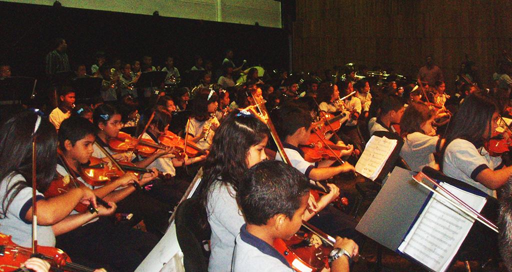 Concierto dedicado a las madres en el Teatro Omar Hurtado