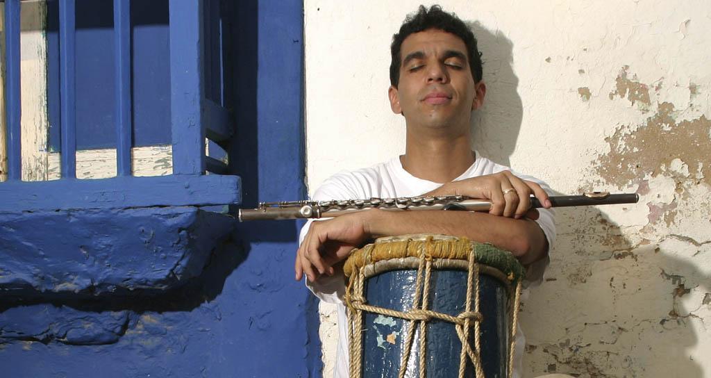 Huáscar Barradas suena su flauta entre ballenas y tonadas