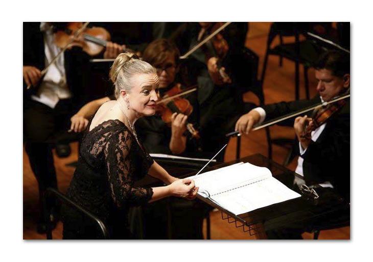 Directora de orquesta brasileña Ligia Amadio triunfa en un mundo de hombres