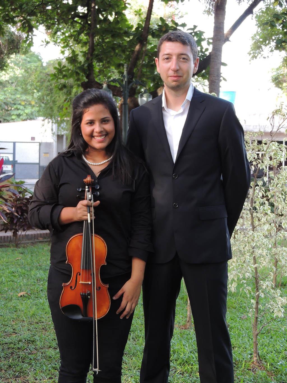 El Maestro Bastien Ricquebourg junto a la violinista Kassandra Vielma. Photo por Angelica Mendoza.