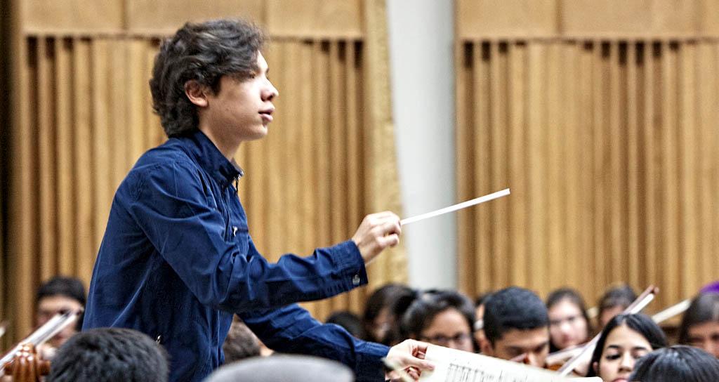 Joven batuta dirige a la Sinfónica de Lara