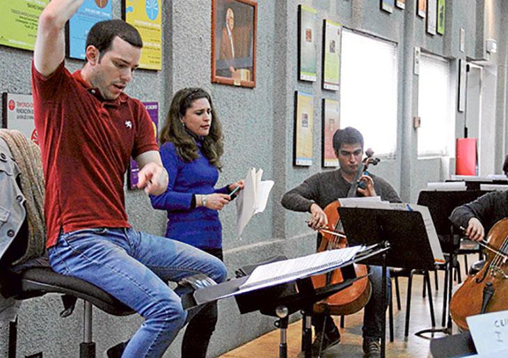 Joshua Dos Santos dirige a la Sinfónica Nacional Juvenil de Chile