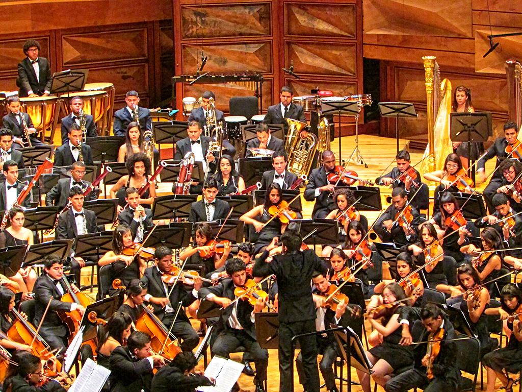Dietrich Paredes dirige a la Orquesta Sinfónica Juvenil del Conservatorio Simón Bolívar en su cierre de temporada de conciertos