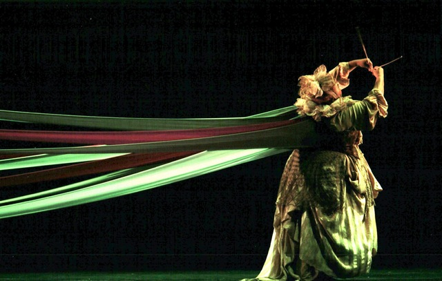 La Zaranda, genial espectáculo de danza teatro creado por el director Miguel Issa, explora ese siempre vivo y memorable universo en una creación inspirada y concebida a partir de las maravillosas canciones infantiles venezolanas legadas por la recordada Morella Muñoz