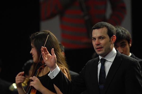 El director Joshua Dos Santos saluda al público que repletó el Teatro de Cartabineros.