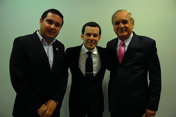 De izquierda a derecha: Walter Valdebenito Pedreros, director ejecutivo de la FOJI; Joshua Dos Santos; y el embajador de la República Bolivariana de Venezuela en Chile, Arévalo Méndez.