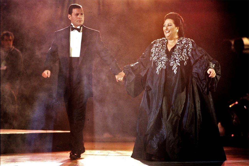 """Imagen de archivo de la soprano española Montserrat Caballé y el cantante de rock británico Freddie Mercury interpretando """"Barcelona"""", uno de los temas elegidos para este estudio. EFE/Micky Ribera /Albert Olivé."""