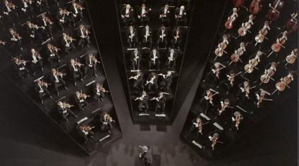 Plintos ultralimpios donde encajonar a los Filarmónicos de Berlín.