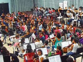 Las Orquestas Sinfónicas Pre- Infantiles durante el ensayo general del concierto de clausura de seminario.