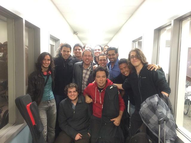 Rodner Padilla, Cesar Orozco y Manuel Rangel junto con estudiantes de Berklee College of Music.