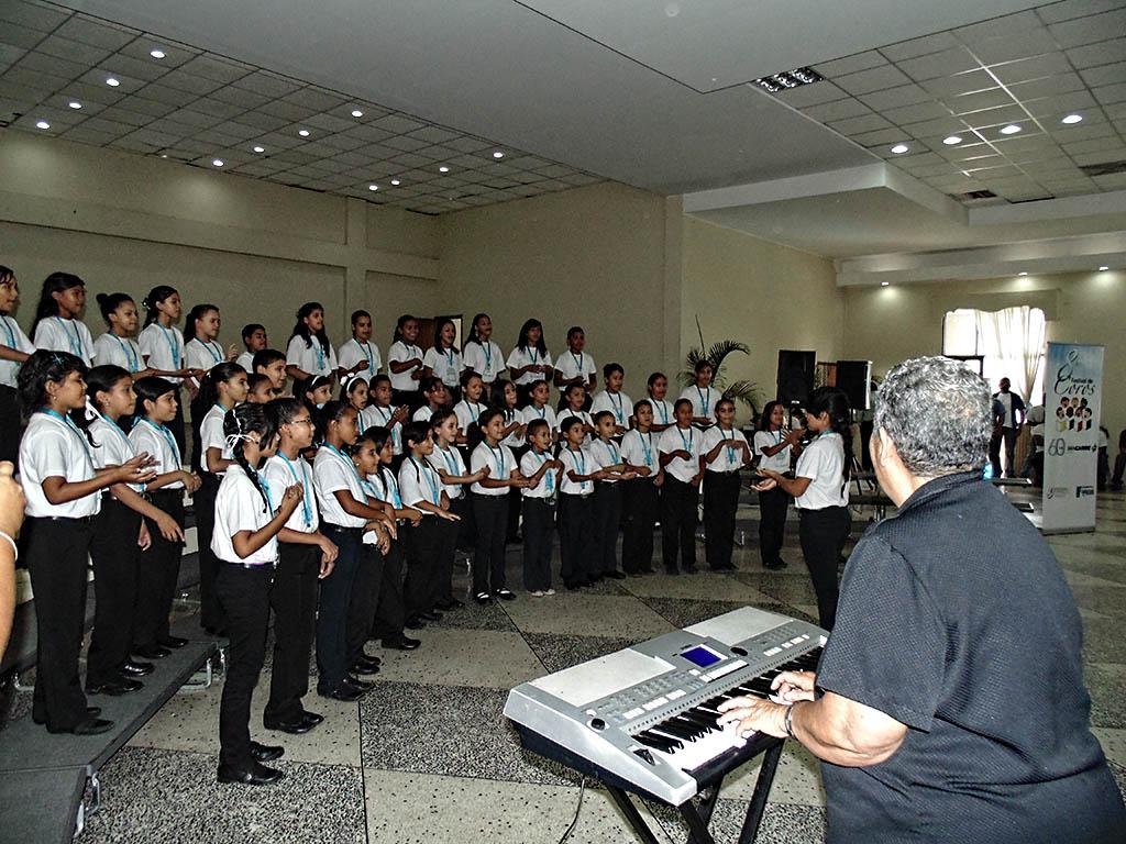 La maestra María Contreras, fundadora del Programa Coral en Calabozo, en la interpretación del tema Don Ramón, con los integrantes del Coro Infantil de la Orquesta Antonio Estévez