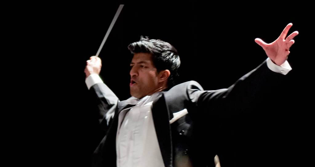 El director canadiense Jonathan Govias dirige a la Sinfónica Juvenil Teresa Carreño
