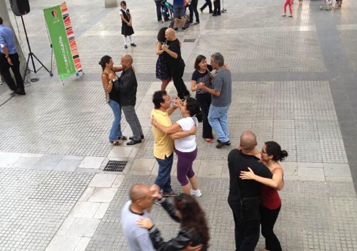 El tango se apodera nuevamente de la Plaza LPG con clase abierta de Sofiani Figueroa