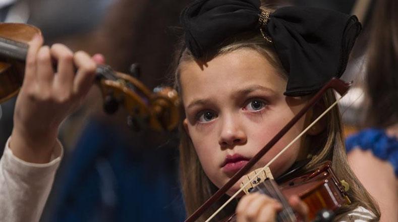 Una niña integrante del Sistema de Orquestas de Suecia participa en un ensayo conjunto con la orquesta Sinfónica Juvenil de Caracas en el Teatro Konserthuset de Gotemburgo, Suecia.