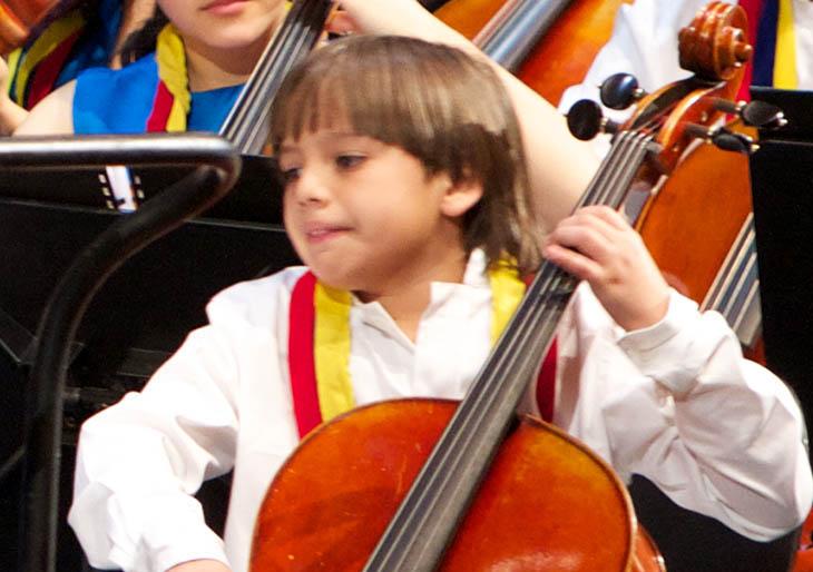 Niño de 11 años interpreta el difícil concierto para violonchelo de Haydn