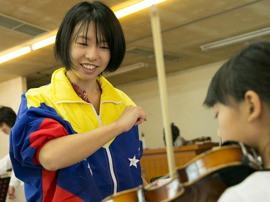 En la localidad de Soma, en Fukushima, funciona el primer núcleo que se fundó, en 2012, en Japón. Ahí reciben clases de música 150 niños y jóvenes que fueron afectados por el terremoto y posterior tsunami en 2011