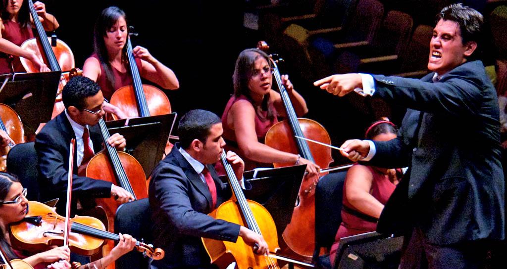 Jesús Uzcátegui conduce a la Sinfónica Juvenil de Carabobo