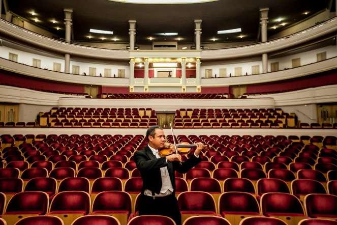 Moisés Medina, violín, posa para un retrato en la sala de conciertos del teatro Palais dex Beaux Arts, en Bruselas (Bélgica).