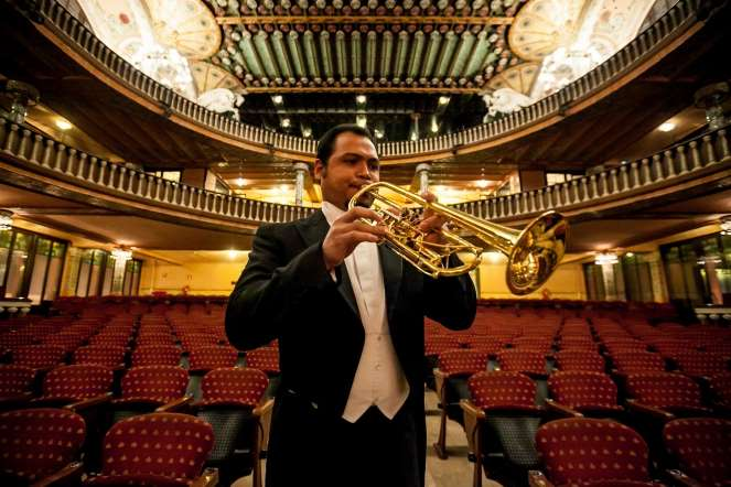 Tomás Medina, trompeta, posa para un retrato en la sala de conciertos del teatro Palau de la Música, en Barcelona (España).