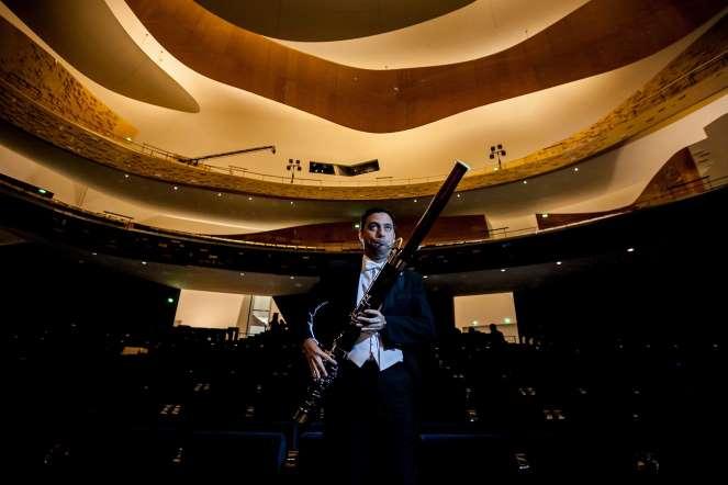 Gonzalo Hidalgo, fagotte, posa para un retrato en la sala de conciertos del teatro Philharmonie, en París (Francia).