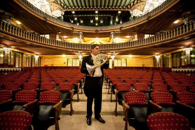 Daniel Graterol, corno, posa para un retrato en la sala de conciertos del teatro Palau de la Música, en Barcelona (España).