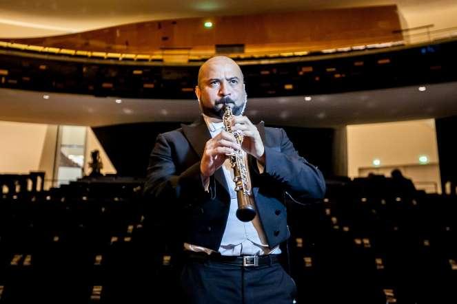 Frank Giraldo, oboe, posa para un retrato en la sala de conciertos del teatro Philharmonie, en París (Francia)