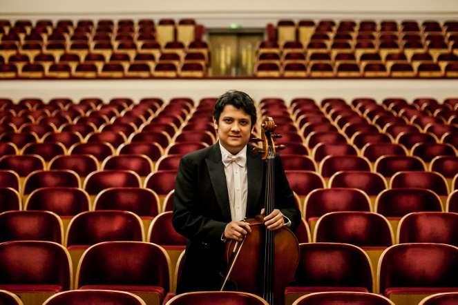 Edgar Calderón, chelo, posa para un retrato en la sala de conciertos del teatro Palais dex Beaux Arts, en Bruselas (Bélgica). La Orquesta Sinfónica Simón Bolívar acaba de terminar una exitosa gira por Europa.