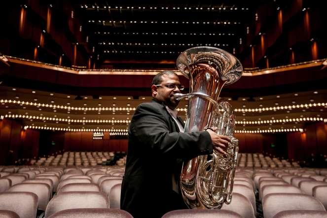 Lewis Pantoja, tuba, posa para un retrato en la sala de conciertos del teatro Die Alte Oper, en Fráncfort (Alemania).