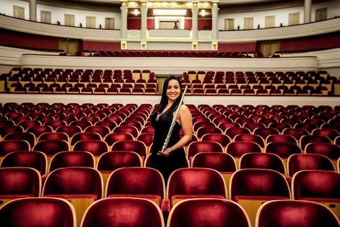 Katerin Rivas, flauta, posa para un retrato en la sala de conciertos del teatro Palais dex Beaux Arts, en Bruselas (Bélgica).