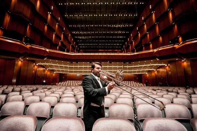 Pedro Carrero, trombón, posa para un retrato en la sala de conciertos del teatro Die Alte Oper, en Fráncfort (Alemania)