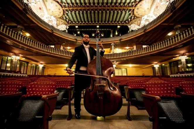 Claudio Hernández, contrabajo, posa para un retrato en la sala de conciertos del teatro Palau de la Música, en Barcelona (España)