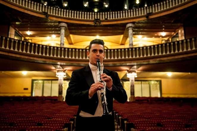 Víctor Mendoza, clarinete, posa para un retrato en la sala de conciertos del teatro Palau de la Música, en Barcelona (España).